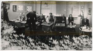 Julien Levy, Frederick Kiesler, Alfred Barr Jr., Xanti Schawinsky, Vittorio Rieti, Max Ernst, Dorothea Tanning, George Koltanowski y Marcel Duchamp en un torneo de ajedrez en la Galería Julien Levy, 6 de enero de 1945. Foto: Dorothea Tanning. Cortesía de la Fundación Destina, Nueva York.